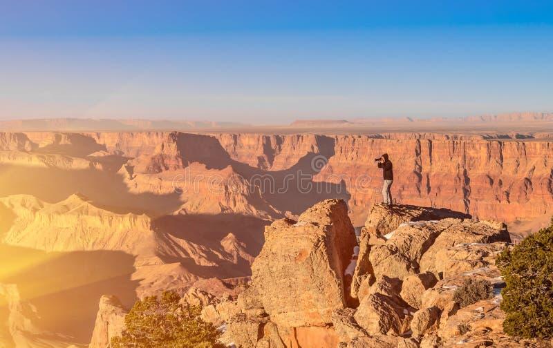 Äventyrlig man som tar ett foto på Grand Canyon bef arkivfoto