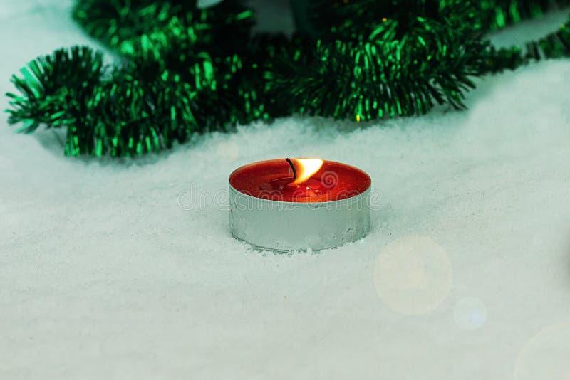 偏僻的蜡烛冬天天气 蜡烛燃烧在冬天 免版税库存图片