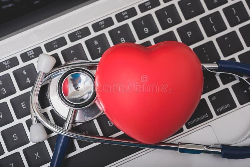 健康听诊器和红心在手提电脑键盘  图库摄影