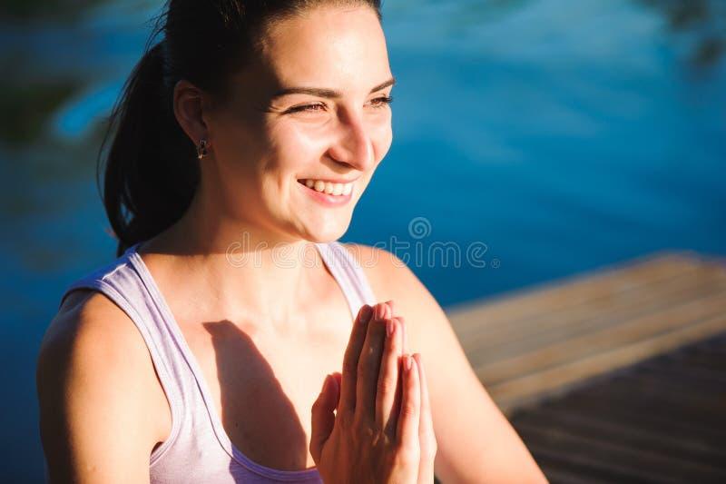 健康妇女生活方式在早晨平衡了实践思考和能量瑜伽在桥梁自然 健康 库存照片