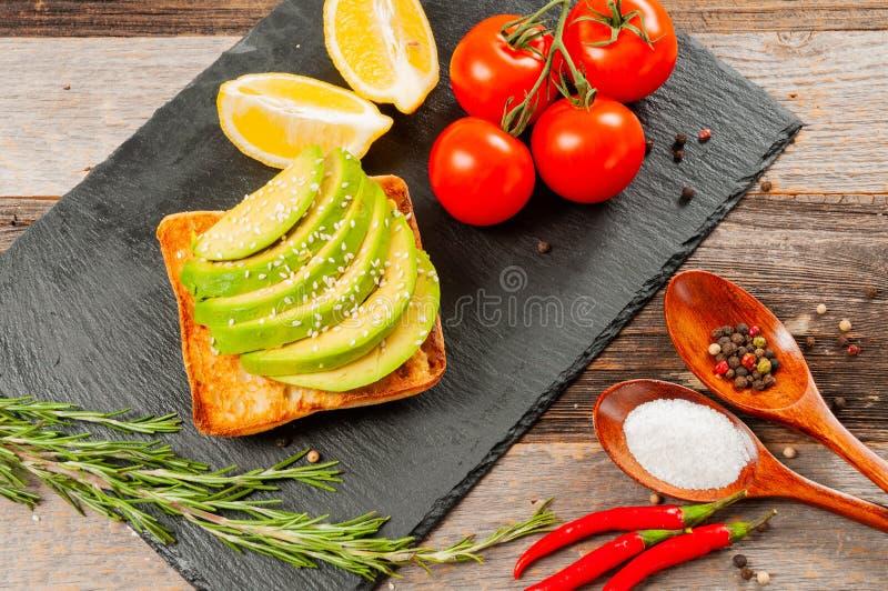 健康早餐三明治 与新鲜蔬菜的鲕梨多士 库存照片