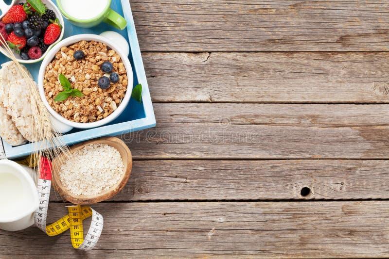 健康早餐设置了与muesli、莓果和牛奶 图库摄影