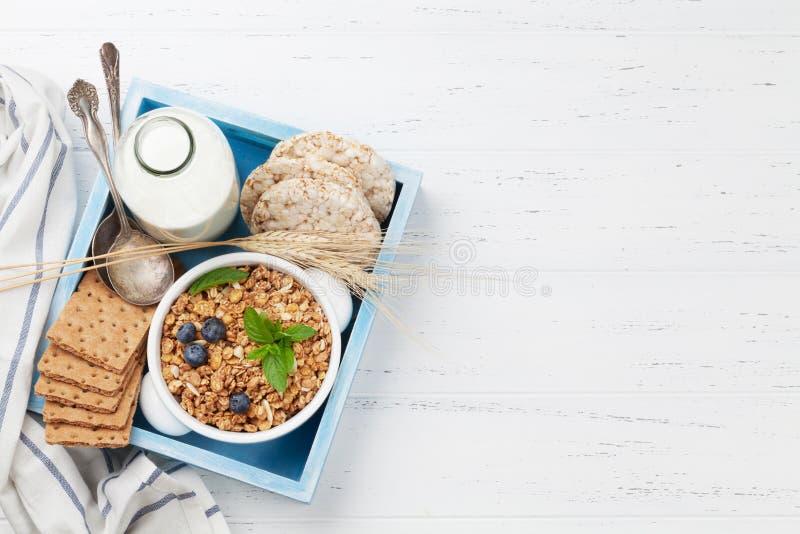 健康早餐设置了与muesli、莓果和牛奶 免版税库存图片