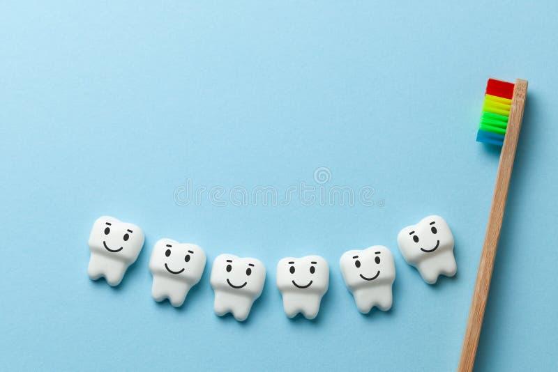 健康白色牙在与牙刷的蓝色背景微笑着 复制文本的空间 图库摄影