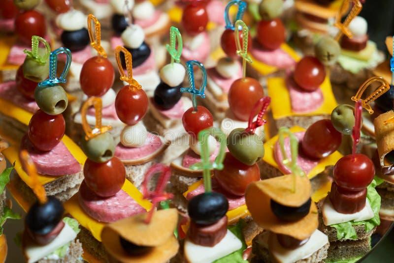 健康食品与承办的婚姻的自助餐桌的盘子背景 库存照片