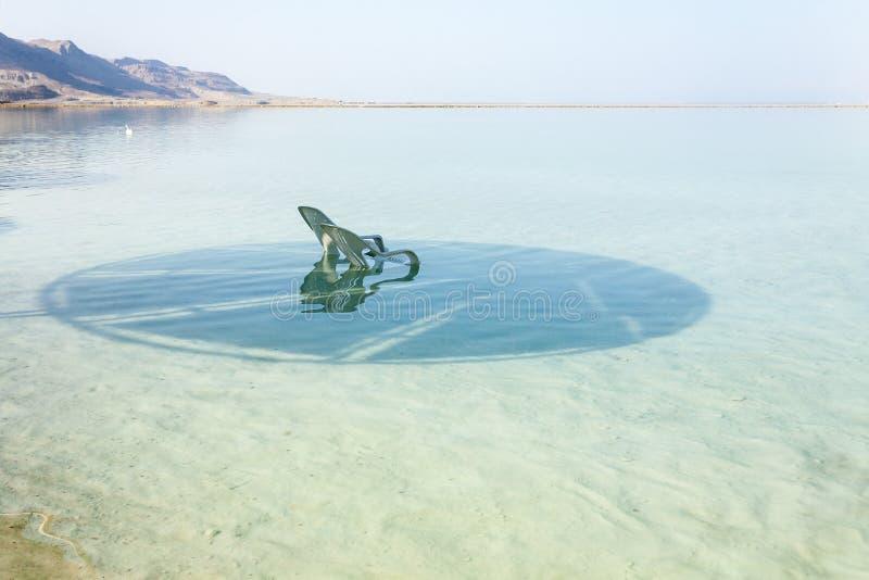 停止的以色列海运 漂浮在水中的白色躺椅 免版税库存照片