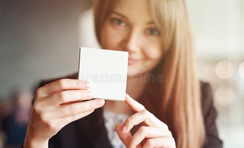停滞方形的空白的干净的贴纸嘲笑的女商人手 文本的接近的背景地方 免版税库存照片