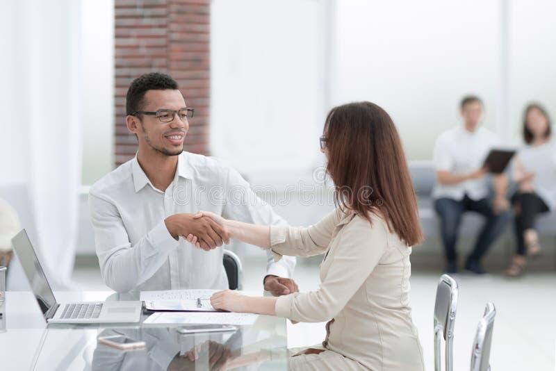 做一个成交的商人和女实业家在商业中心的大厅里 库存图片
