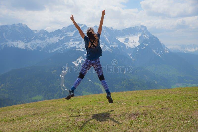 做体操的年轻女人在手淫山上面 库存图片