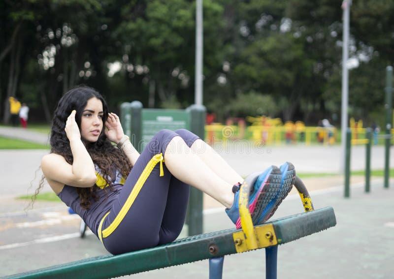 做咬嚼的健身女孩 免版税库存照片