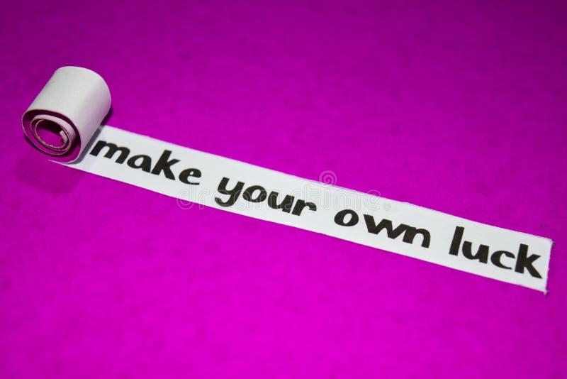 做您自己的运气文本,启发、刺激和企业概念在紫色被撕毁的纸 库存照片