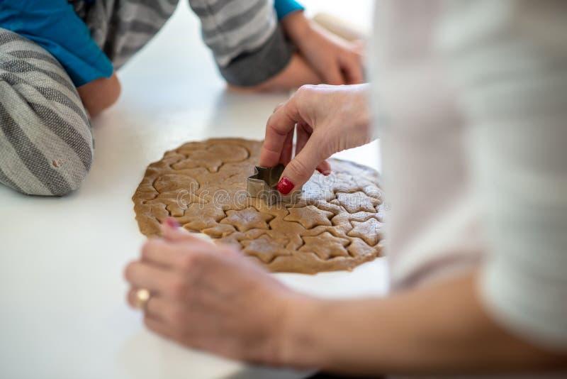 做曲奇饼的特写镜头观点的母亲和孩子 免版税库存图片
