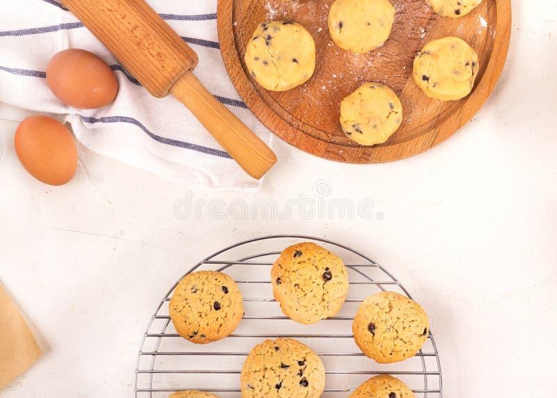 做曲奇饼的过程,逐步 烹饪设备和成份 鸡蛋,面粉,糖,巧克力,黄油,bakeware 免版税库存照片