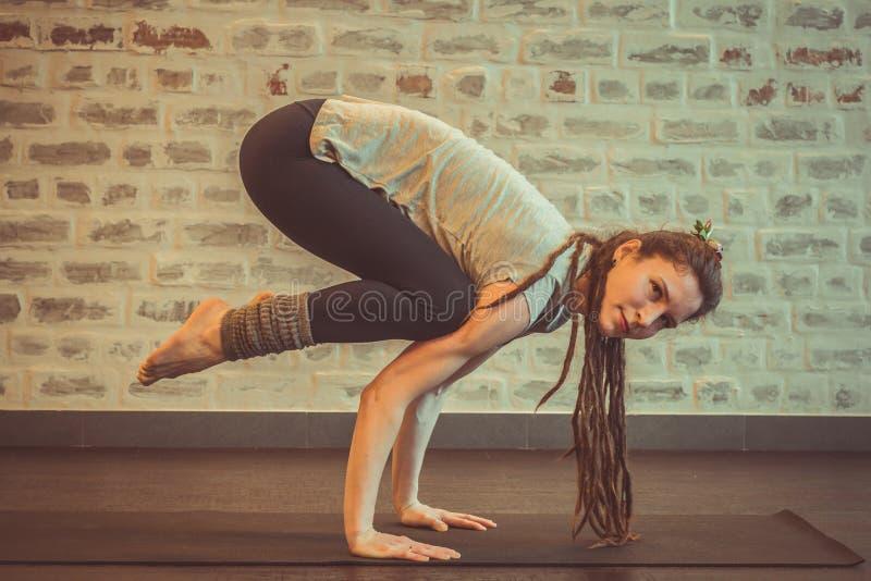 做瑜伽、bakasana或者cranepose的妇女 图库摄影