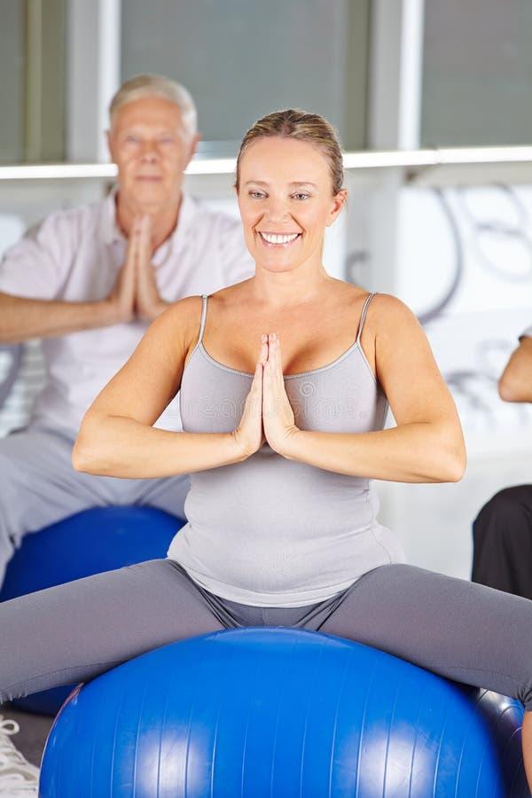 做瑜伽班的小组前辈 免版税图库摄影