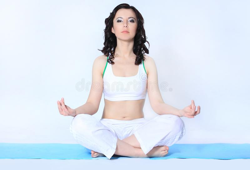 做瑜伽锻炼的复合体年轻运动妇女 体育和健康 库存照片