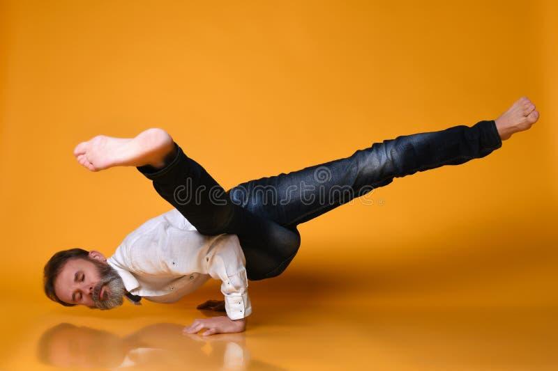 做胳膊力量的,瑜伽,pilates的运动的老人平衡锻炼训练, 图库摄影