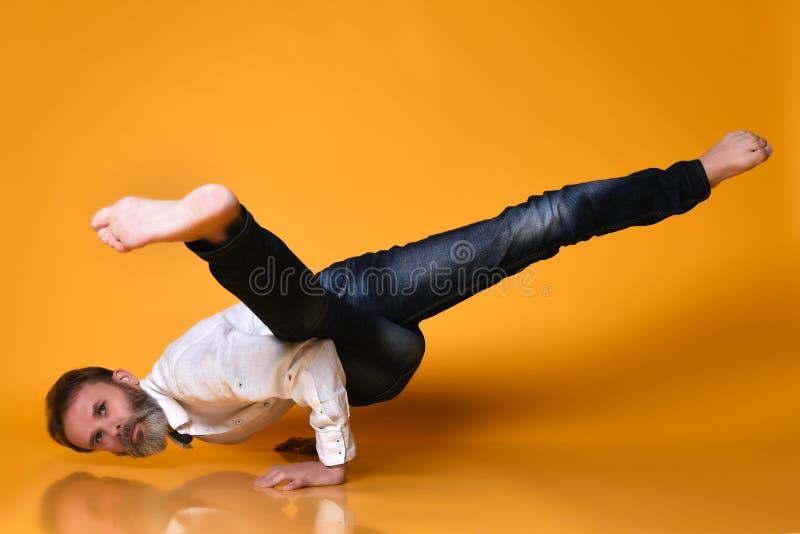 做胳膊力量的,瑜伽,pilates的运动的老人平衡锻炼训练, 免版税库存图片