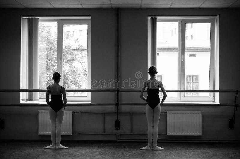 做舒展的芭蕾舞女演员在舞厅里 库存图片