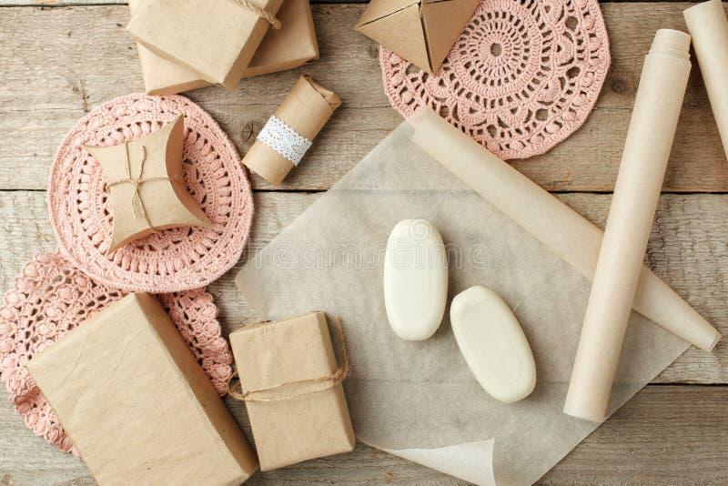 假日自然装饰或礼物想法-在纸包裹,零的废生活方式概念,单色背景,拷贝的自然肥皂 免版税库存图片
