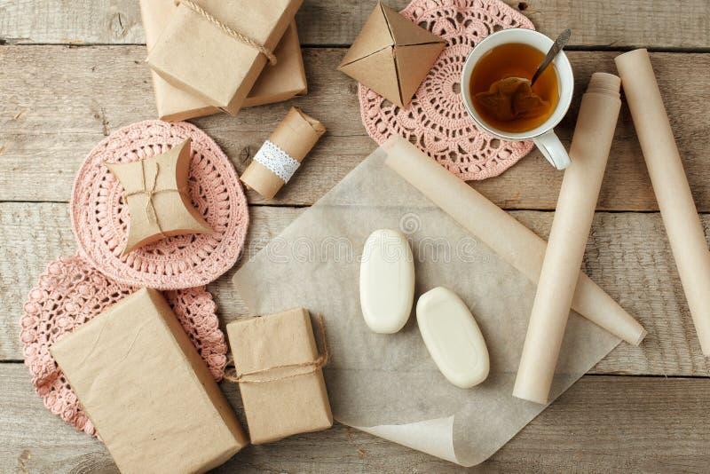 假日自然装饰或礼物想法-在纸包裹,零的废生活方式概念,单色背景,拷贝的自然肥皂 免版税库存照片