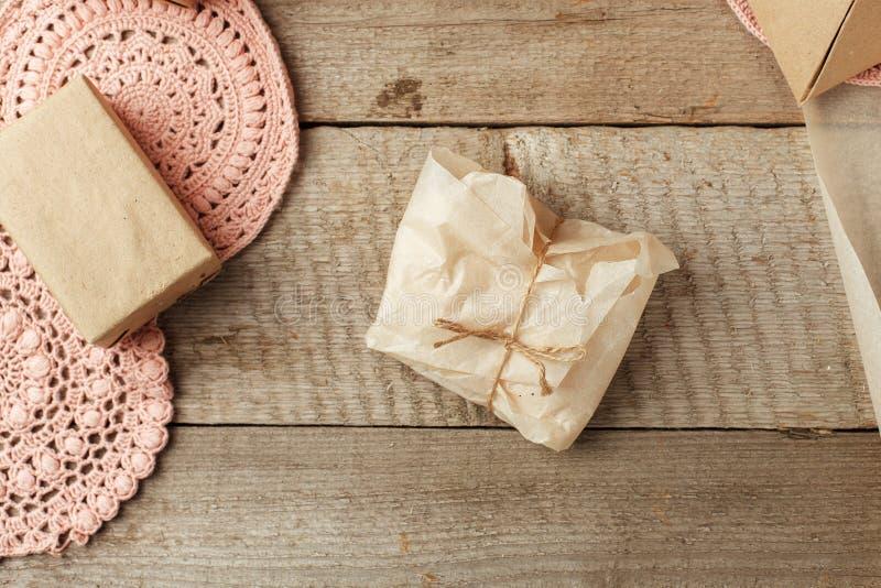 假日自然装饰或礼物想法-在纸包裹,零的废生活方式概念,单色背景,拷贝的自然肥皂 免版税图库摄影