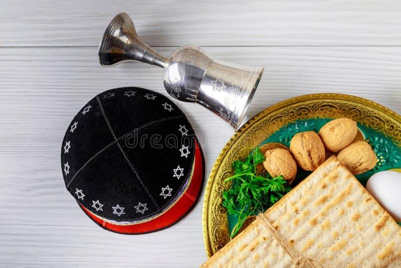 假日matzoth庆祝发酵的硬面犹太逾越节面包torah 免版税库存照片