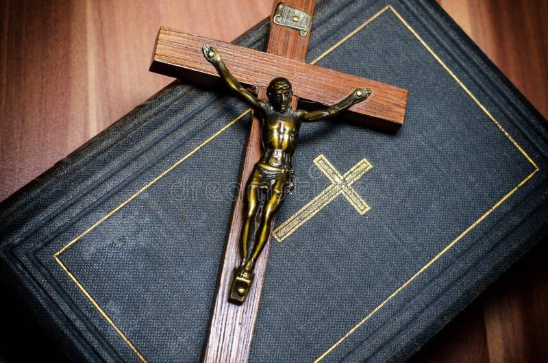 十字架和圣经 免版税库存图片