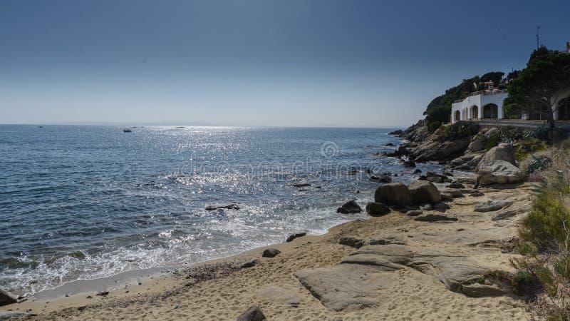 卡涅列斯Petites海滩,在肋前缘布拉瓦岛,西班牙的玫瑰 库存照片