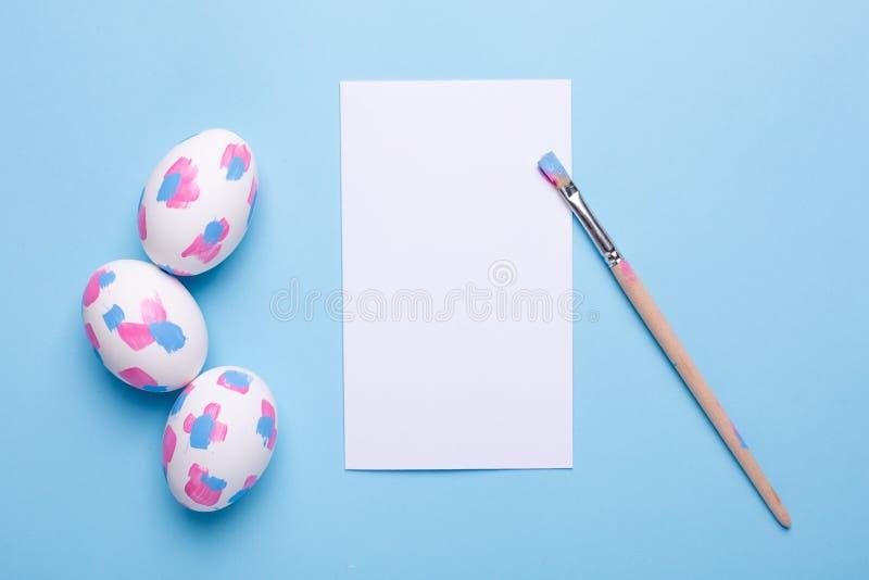 卡片、刷子和复活节彩蛋与水彩绘画的技巧 图库摄影