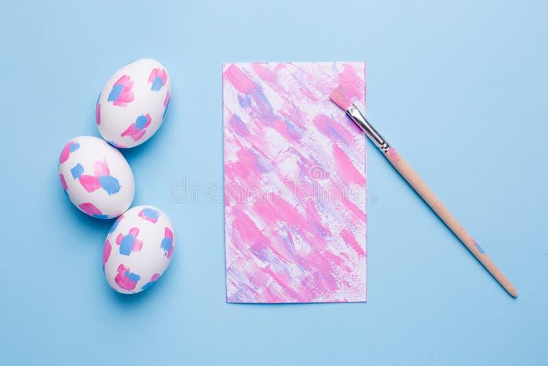 卡片、刷子和复活节彩蛋与水彩绘画的技巧 库存图片
