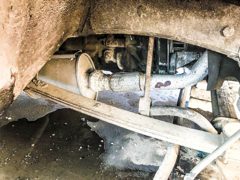 卡车的老生锈的破旧的围巾,汽车 汽车停止修理 替换轮子 免版税库存照片