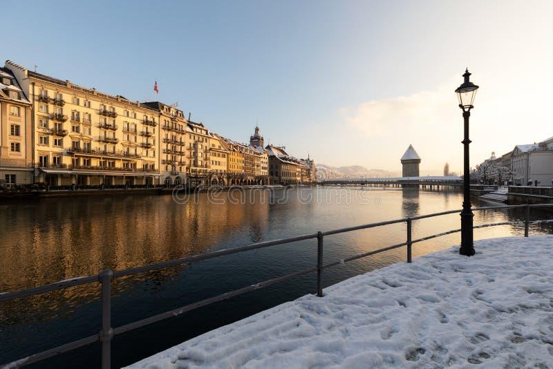 卢赛恩,瑞士,2019年2月4日:卢赛恩老镇有reuss河和水塔的在一个寒冷冬天早晨 免版税库存图片