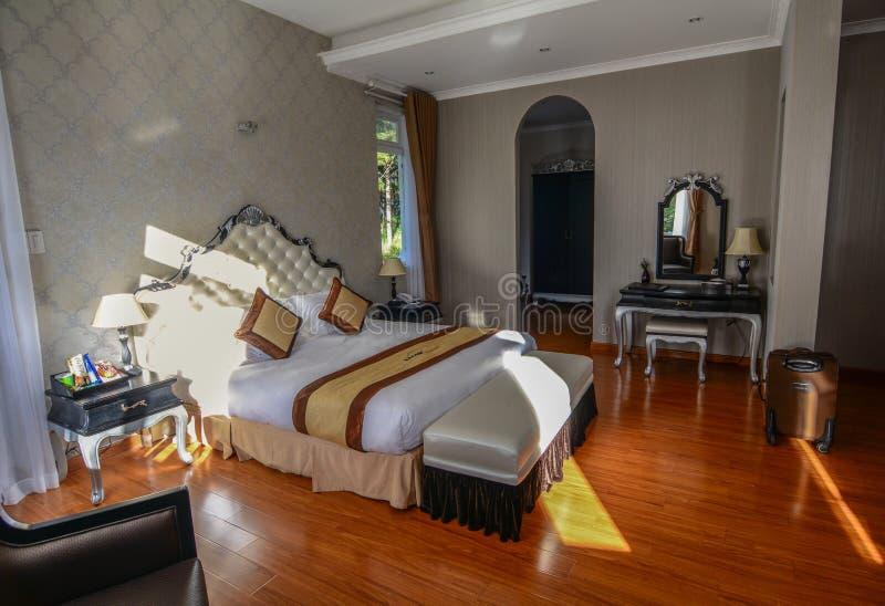 卧室在豪华旅馆在大叻,越南 库存图片