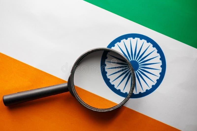 印度旗子可看见通过放大镜 间谍和观察的印度印度 监测印度的状态 免版税库存照片