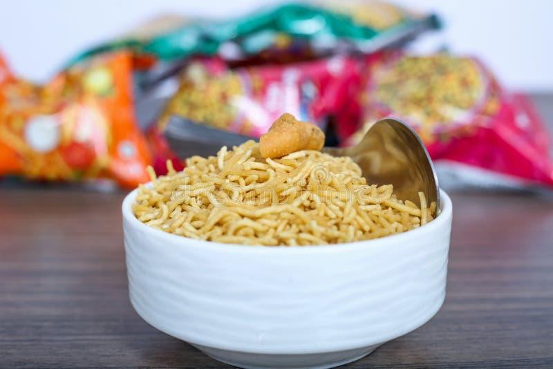 印度著名油煎的和盐味的bikaneri namkeen在碗的bhujia有匙子的 库存图片