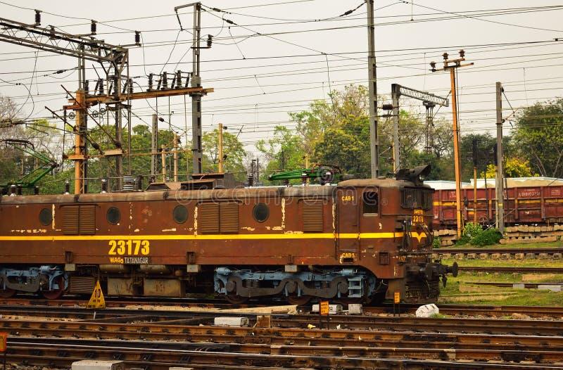 印度铁路路轨引擎在铁路轨道的 免版税库存照片