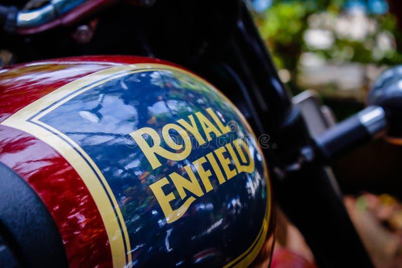 印度,果阿–4月- 2017皇家埃菲尔德摩托车的汽油箱 库存照片