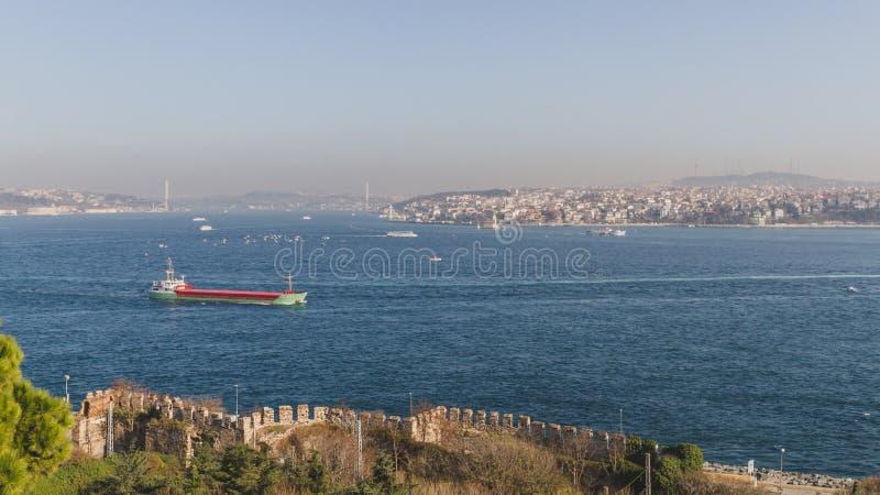 博斯普鲁斯海峡海峡和房子小山的在伊斯坦布尔,土耳其 库存照片