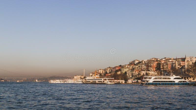 博斯普鲁斯海峡海峡和房子小山的在伊斯坦布尔,土耳其 库存图片