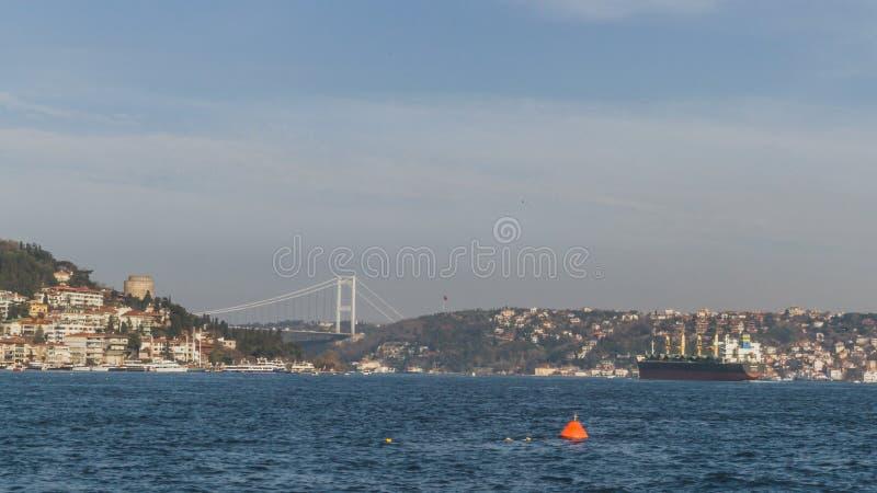 博斯普鲁斯海峡海峡和房子小山的在伊斯坦布尔,土耳其 免版税库存图片