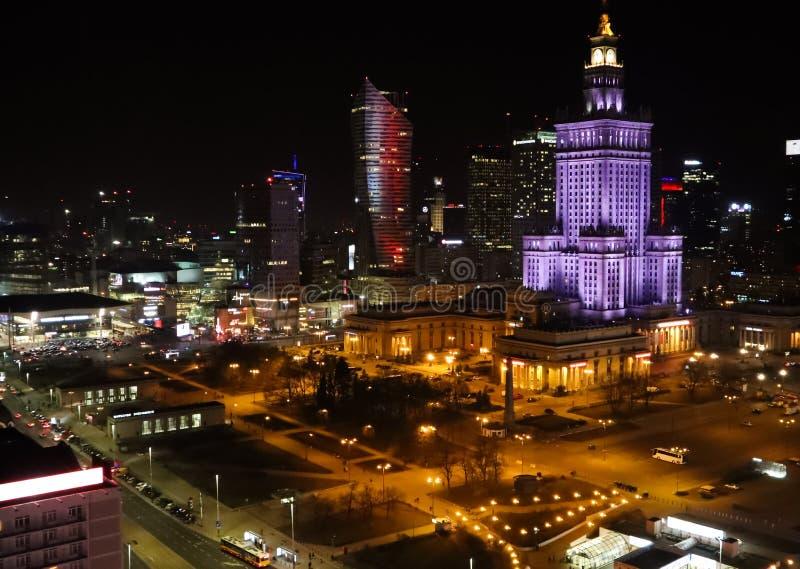 华沙,波兰 城市的鸟瞰图中心夜 华沙科学文化宫和企业摩天大楼 免版税库存图片