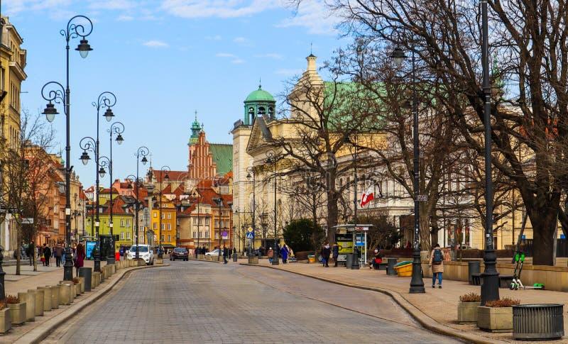 华沙/波兰- 2019年2月27日:一个主要大道和历史建筑在奥尔德敦 免版税图库摄影