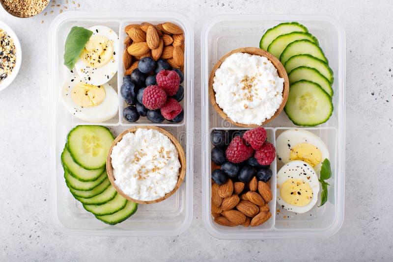 午餐或快餐箱子用高蛋白食物 免版税库存照片
