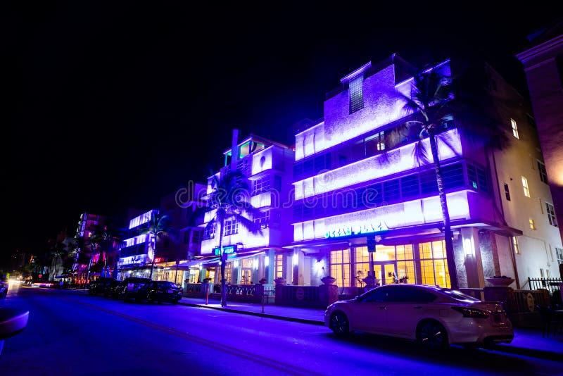 南海滩海洋推进街道夜视图,历史旅馆艺术装饰设计 免版税库存图片
