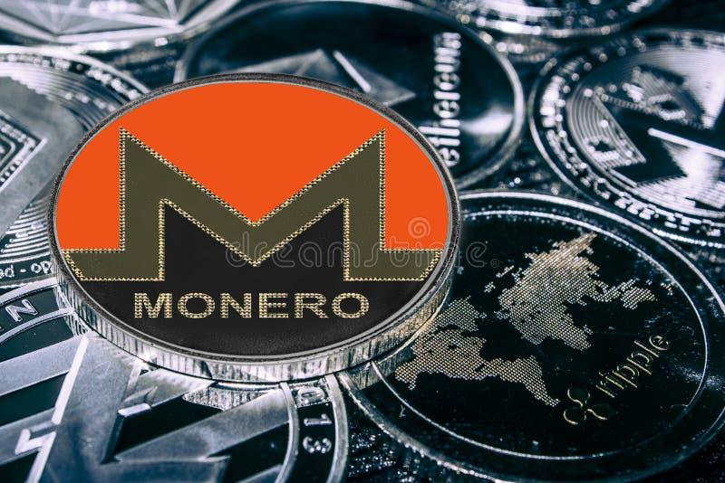 反对主要alitcoins的硬币cryptocurrency Monero xmr 免版税库存图片