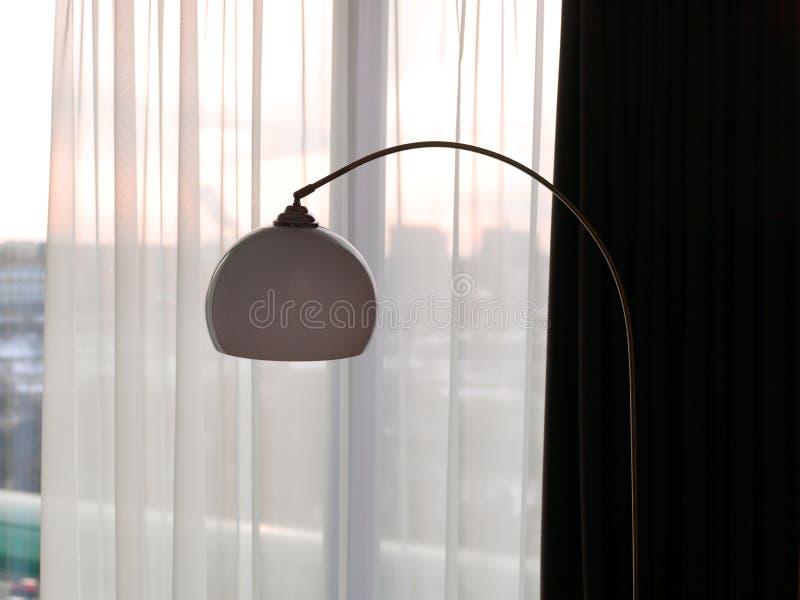 反对半透明的帷幕的现代电灯 图库摄影