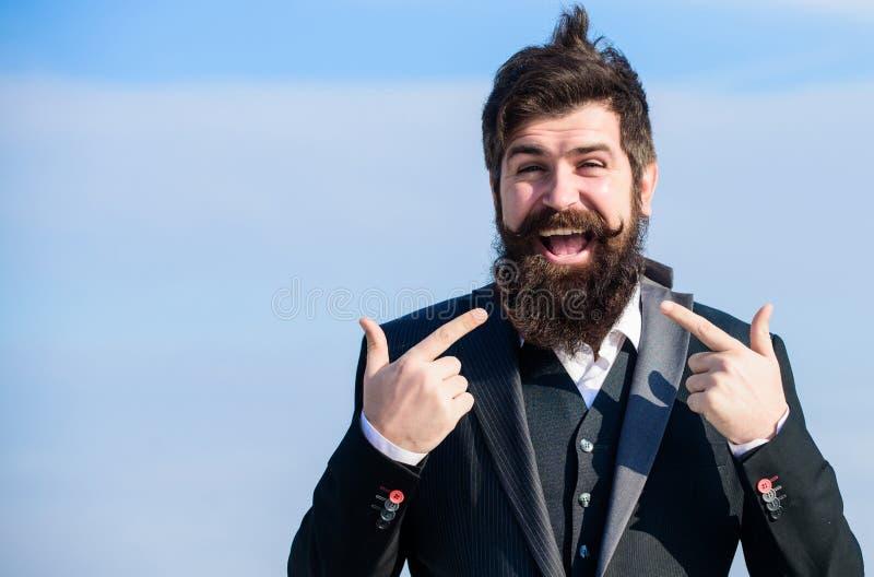 反对天空的商人 将来的成功 男性正式时尚 有胡子的人 愉快的行家 吸引人男性 成熟 库存照片