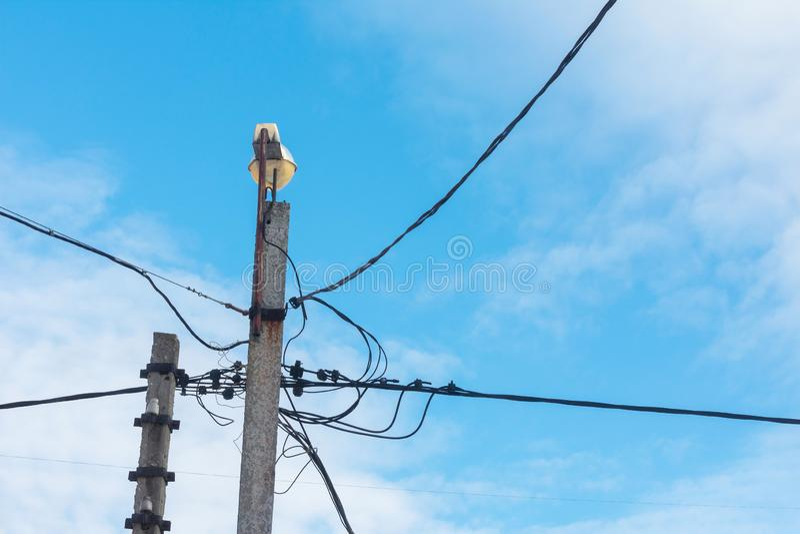 反对蓝天的街灯与云彩 免版税图库摄影