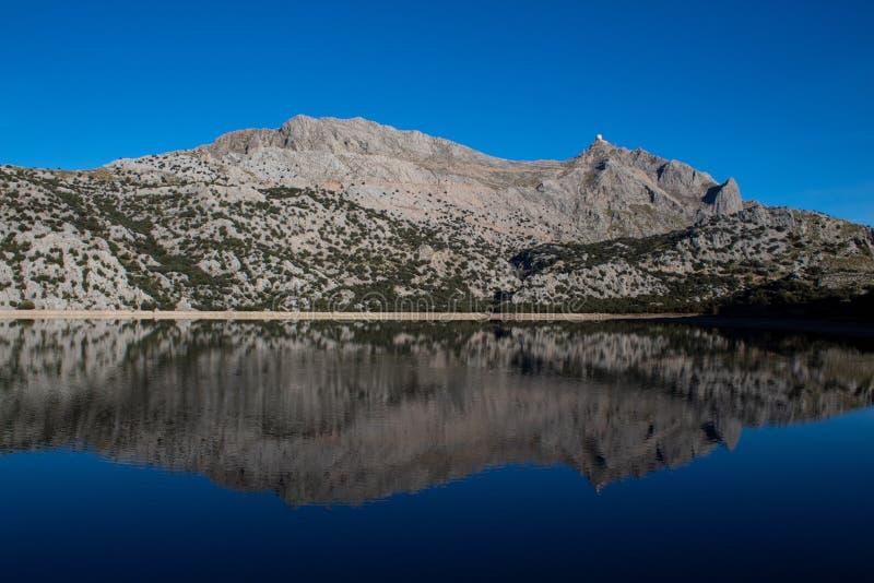 反射在Cúber马略卡湖  免版税图库摄影